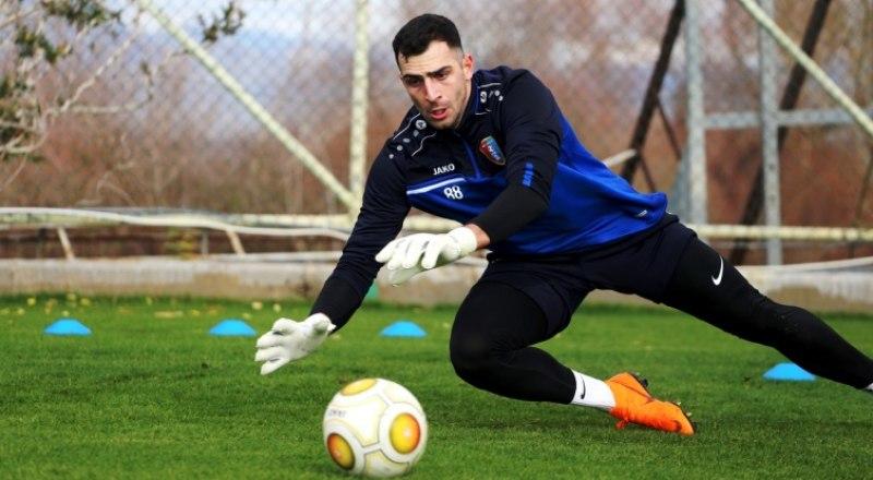 Вот так защищает ворота «Тамбова» лучший вратарь 18-го тура Гиорги Шелия.
