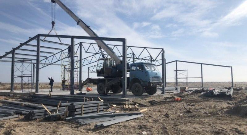 Подрядчик, возводящий инкубатор, даже не потрудился огородить стройплощадку забором.