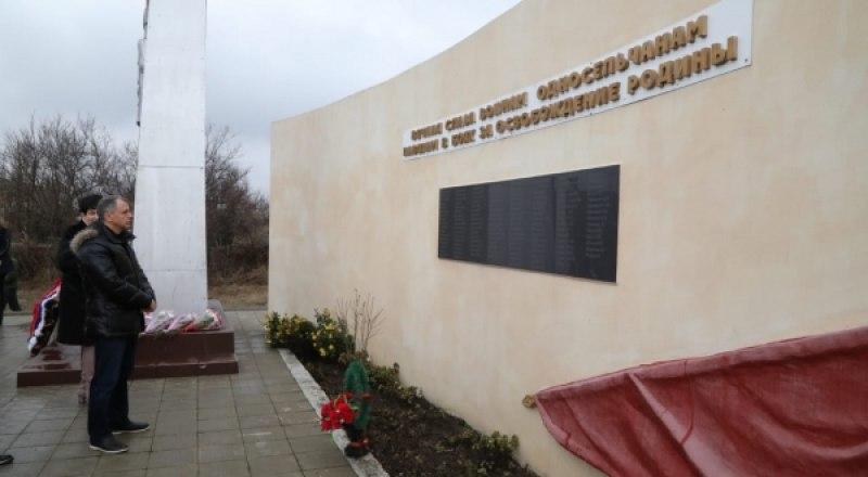 У памятника защитникам Отечества в селе Журавки.