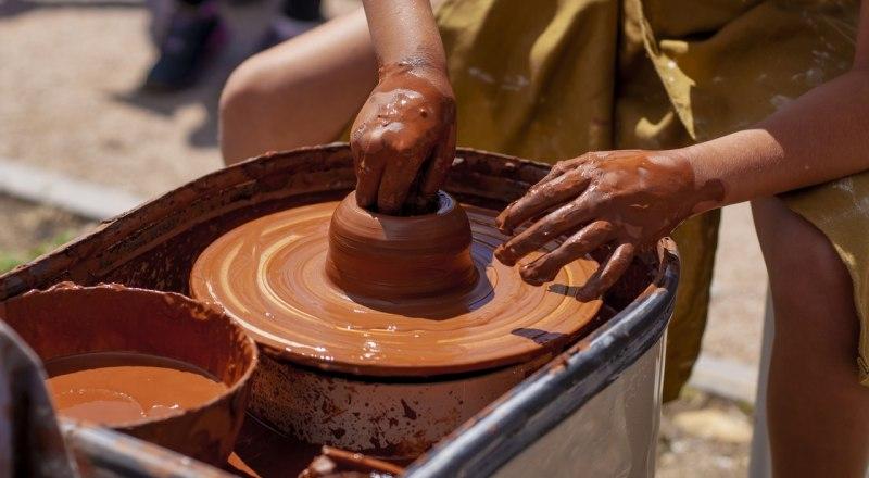 Работа на гончарном круге - это труд, который требует терпения.