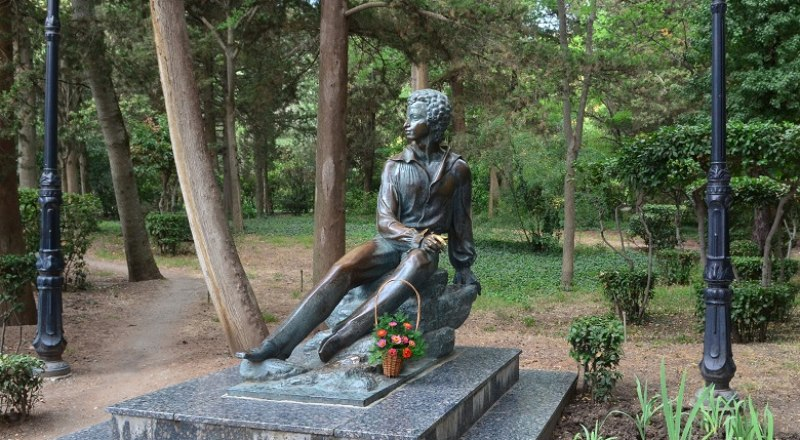 Памятник Поэту в Гурзуфе.