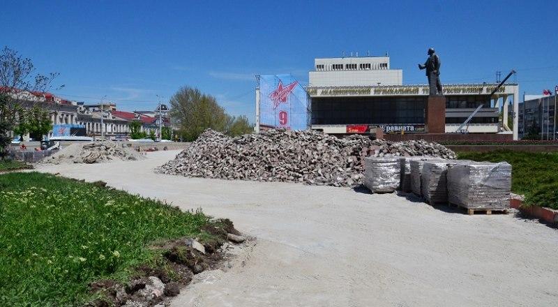 Старую плитку с площади Ленина городские власти собираются использовать для мощения пешеходных дорожек.