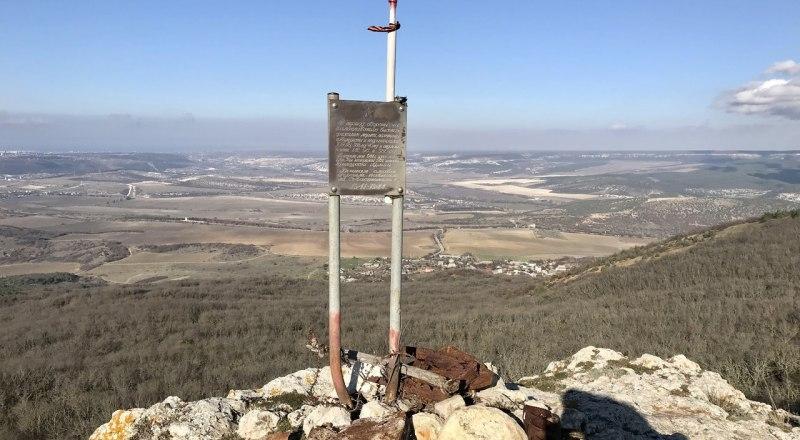 Памятная табличка, посвящённая боям во время Великой Отечественной войны.