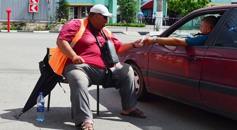 Плату за парковку в Крыму по старинке собирают сомнительного вида персонажи, которые ни перед кем не отчитываются о полученных деньгах.