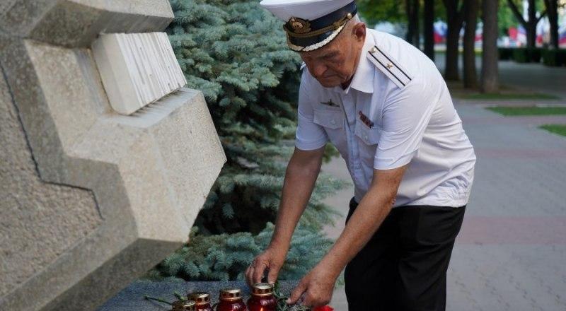 В память о погибших подводниках жители Севастополя несут цветы к стеле «Мурманск» на аллее городов-героев.
