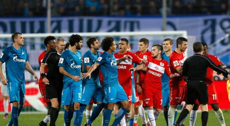 Играют «Спартак» (на фото с белой полосой на груди) - ЦCКА. Вот что такое играть «не на жизнь…».