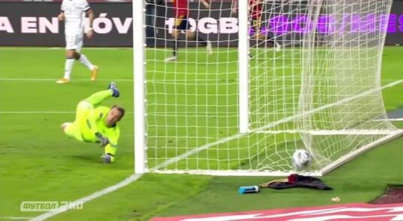 Очередной мяч влетает в ворота голкипера сборной Германии Мануэля Нойера после меткого удара испанца Феррана Торреса