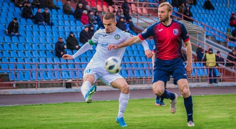 Через секунду керчанин Денис Шевчук (в белой форме) пошлёт мяч в ворота «ТСК-Таврии».