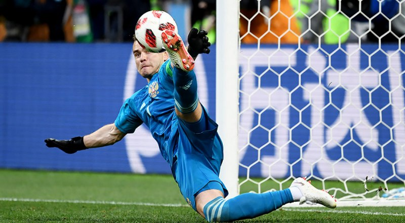 Ворота санкт-петербургского «Зенита» защищает лучший вратарь третьего тура Андрей Лунёв.