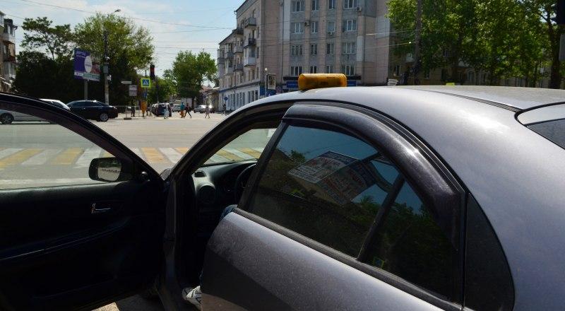 Сейчас быть таксистом может почти кто угодно - достаточно иметь права и желание работать. Фото Александра КАДНИКОВА.