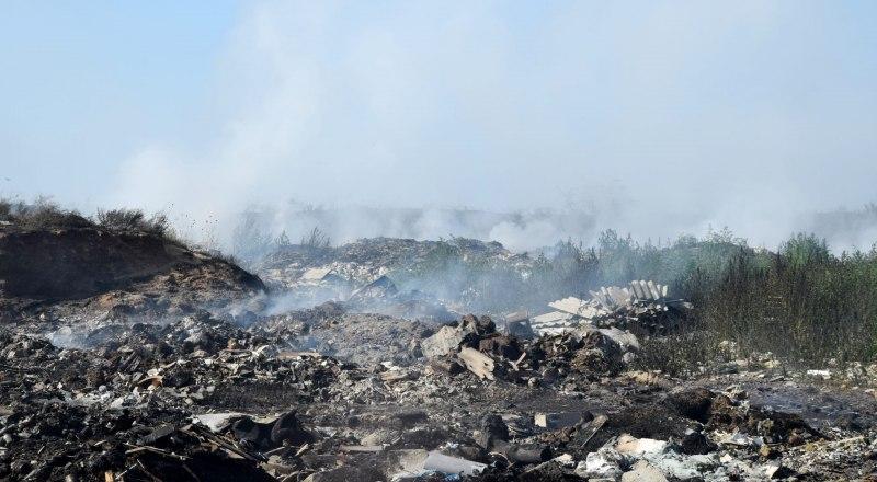 Жители Евпатории говорят, что свалка дымит регулярно, но именно сейчас возникло такое сильное возгорание.