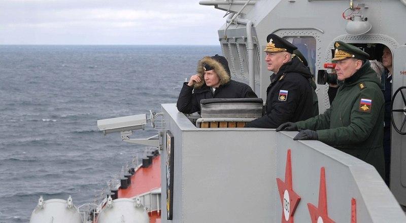 На борту ракетного крейсера «Маршал Устинов» во время совместных учений Северного и Черноморского флотов с главнокомандующим Военно-Морским Флотом Николаем Евменовым.