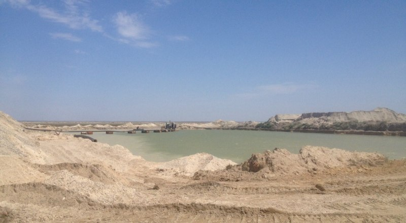 Карьер работает день и ночь. Песок с пересыпи продают строительным компаниям.