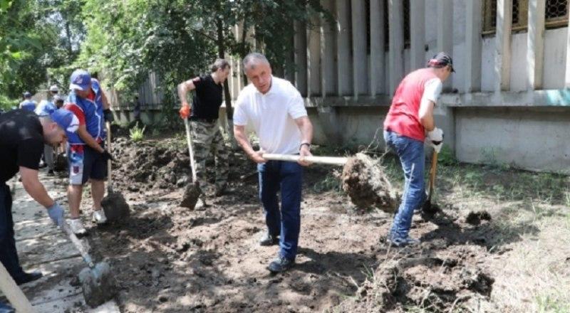 Волонтёры за работой. Ликвидация последствий непогоды в Керчи.