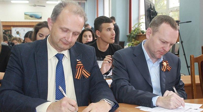 Диктант пишут проректор КФУ Сергей Додонов и депутат Госдумы Константин Бахарев (слева-направо).