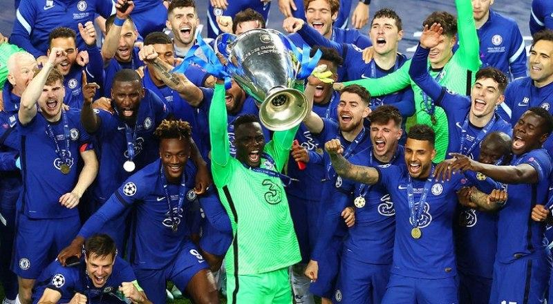 Вот они, счастливые футболисты «Челси» с Кубком чемпионов 2020/21 года.