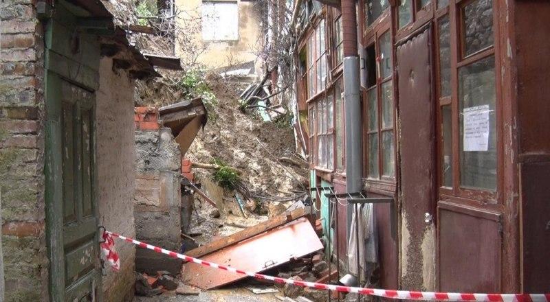 Подпорная стена обвалилась ещё 11 января, но полностью ликвидировать последствия властям так и не удалось.