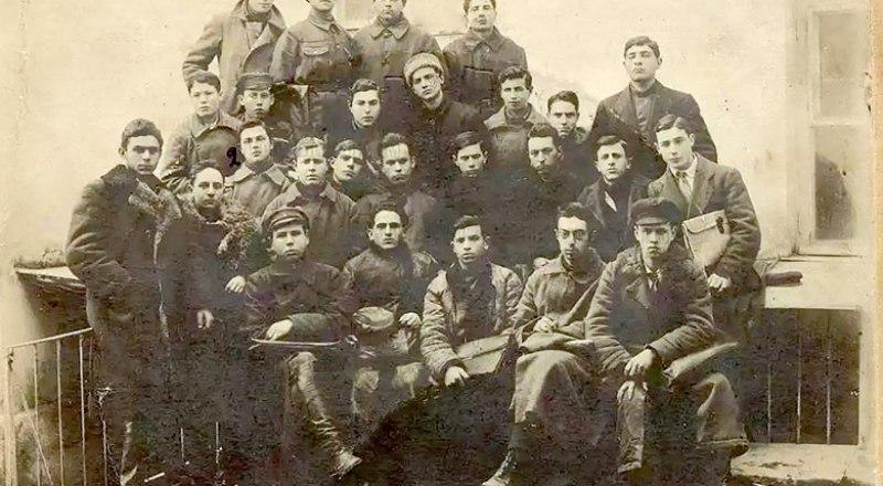 На выставке в архиве есть снимок и столетней давности - члены пленума Крымского обкома РКСМ.