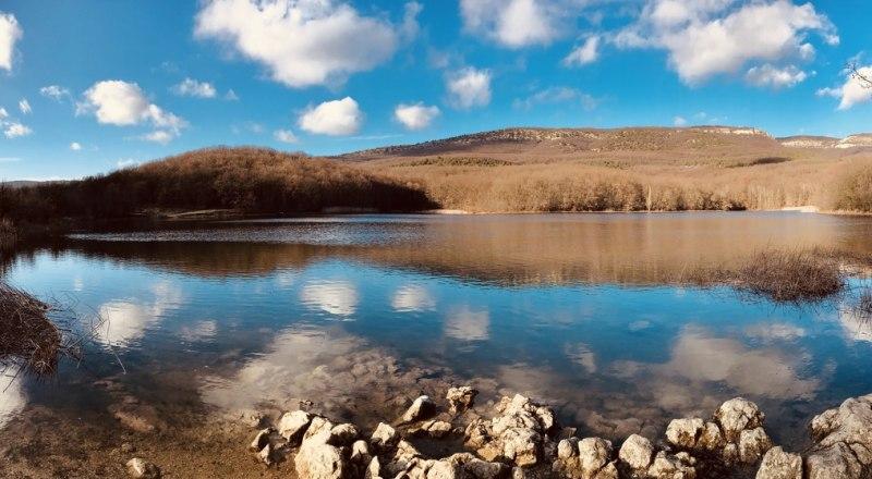 Муловское озеро особенно красиво без туристов и компаний на пикниках.
