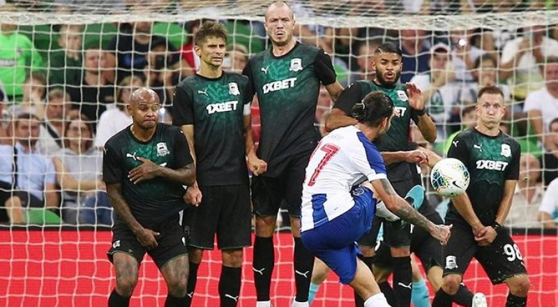 Через секунду мяч влетит в ворота «Краснодара» после удара португальца Сержиу Оливейра (№7).
