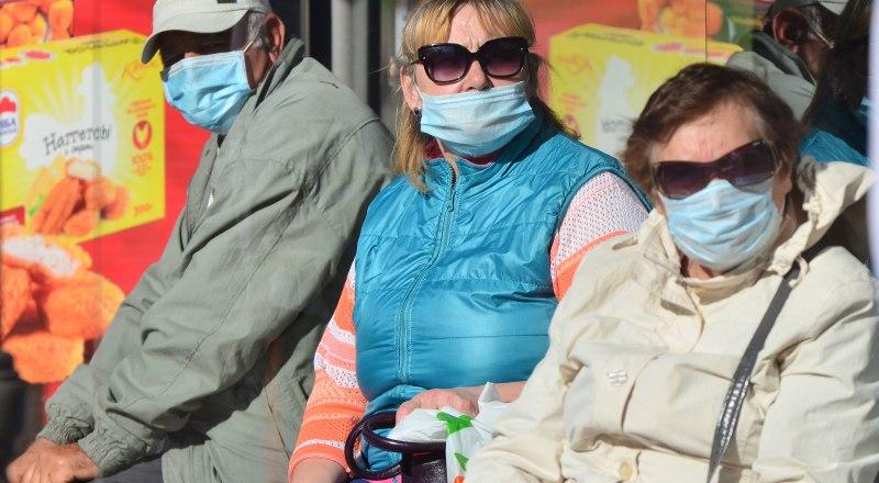 По улице можно ходить без маски, но на остановках общественного транспорта её придётся надевать и соблюдать дистанцию.