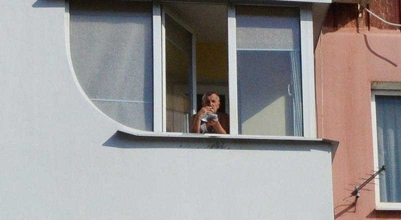 Курение на балконе чревато негативными последствиями.