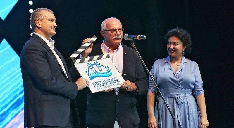 По словам Сергея Аксёнова, решение о переносе кинофестиваля принималось совместно с Никитой Михалковым.
