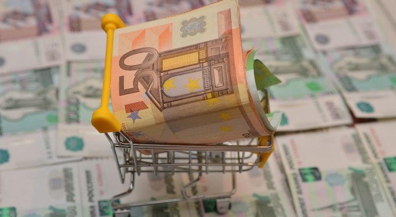 Не торопитесь менять рубли на евро во время падения отечественной валюты - ситуация может резко измениться.