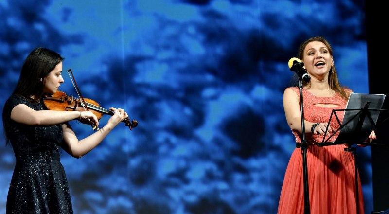 На сцене София Федотова и Елена Терентьева.
