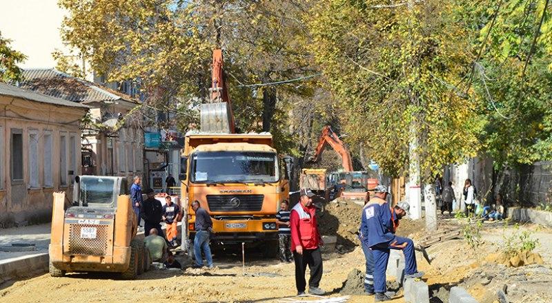 На улице Александра Невского проводят замену коммуникаций и укладывают тротуарную плитку.
