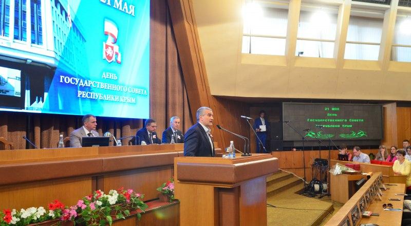 Глава республики Сергей Аксёнов поздравил крымских законодателей с профессиональным праздником.