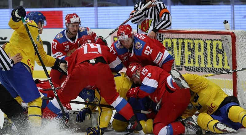 Вот такие «заварухи» создавали у ворот сборной Швеции в Стокгольме молодые хоккеисты сборной России (на снимке в тёмной форме), но... последнее место на «Шведских играх» и в Евротуре - 2019/2020 года.
