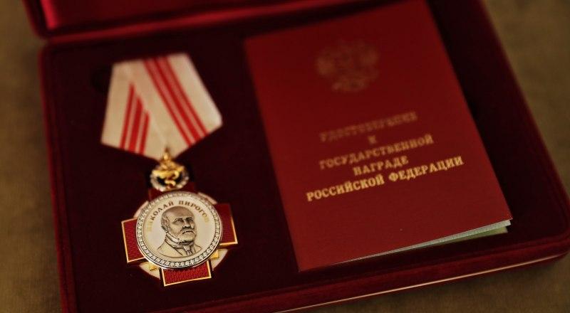 Крымским медикам вручили государственные награды за самоотверженную борьбу с коронавирусом.