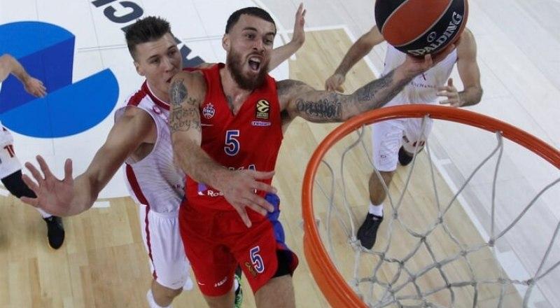 Вот таков он в стремительном прорыве к кольцу соперников - «малыш» из московского ЦСКА Майк Джеймс.