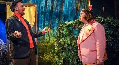 Сцена из спектакля «Поющий поросёнок».