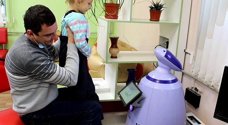Знакомство юной читательницы с роботом Тавриком. Фото пресс-службы Министерства культуры РК.
