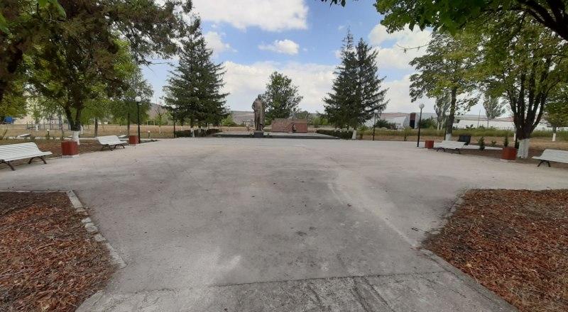 Благоустроенная парковая зона в центре села.