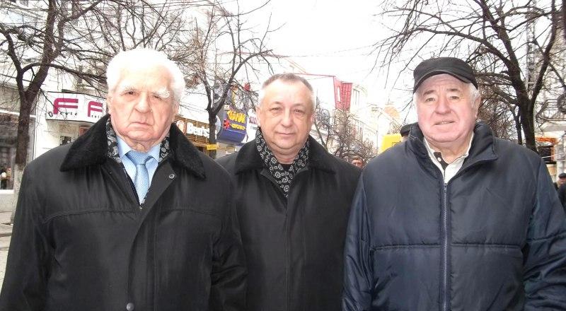 Борис Кобзарь и выпускники СВВПСУ Сергей Козловский и Пётр Запорожец (слева направо).