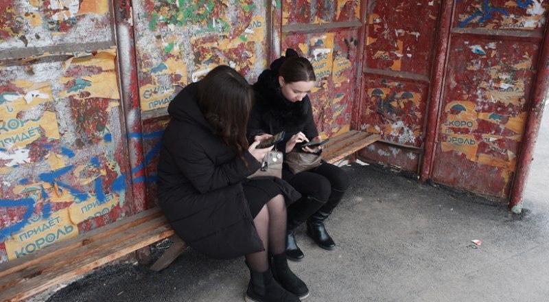 Даже собираясь вместе, современные подростки вместо общения погружены каждый в свой телефон.