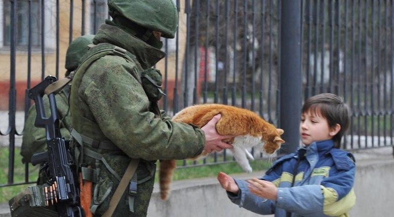 Этот трогательный эпизод «Крымской весны» с участием бойца ССО увековечен в памятнике «Вежливым людям» в Симферополе.