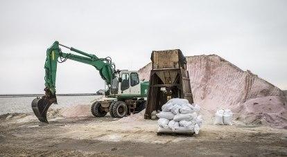 Под воздействием солнечных лучей бета-каротин теряет цвет и соль становится белой.