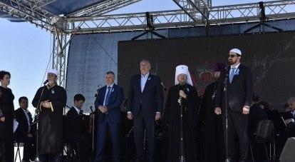 Участники траурных мероприятий на станции Сирень./Фото пресс-службы главы РК.