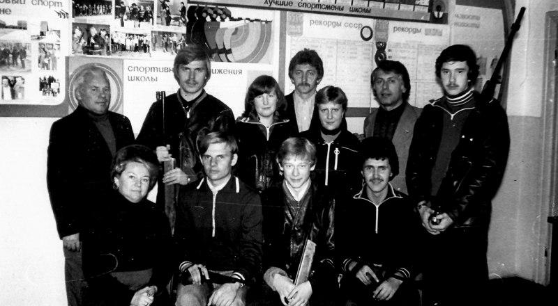 Тренеры В. В. Бахарева (в первом ряду слева), М. А. Потапов (за ней) и Б. М. Ицкович (второй справа во втором ряду) вместе со своими питомцами-чемпионами. В центре с винтовкой нынешний директор школы А. А. Кузьменко.