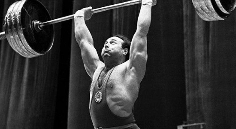 32-летний врач из Свердловска, в прошлом чемпион Крыма по тяжёлой атлетике Аркадий Воробьёв на помосте Мельбурна стал олимпийским чемпионом-1956.