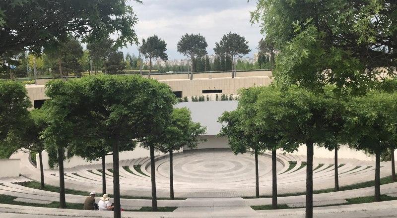 Амфитеатр в парке - любимое место встреч друзей и не только.