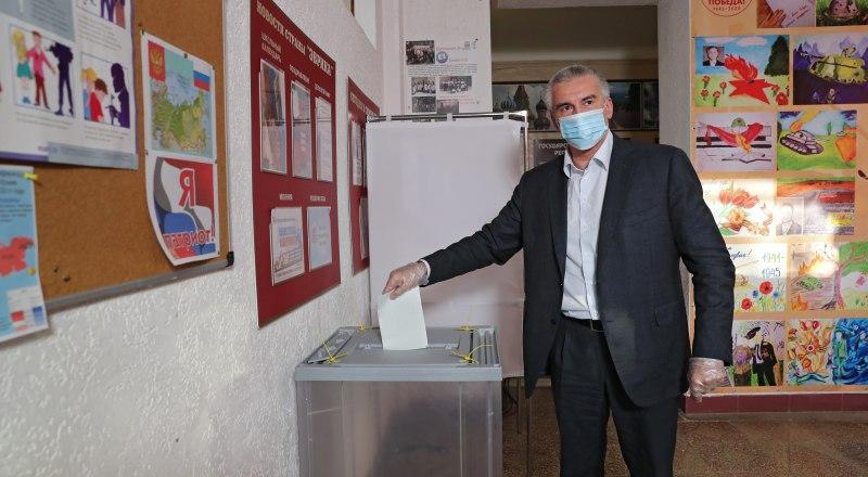 Сергей Аксёнов уже проголосовал.