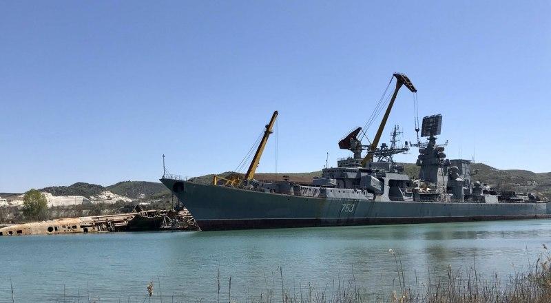 БПК «Керчь» вместе с останками подводной лодки, которую ранее разбирали в Инкермане.