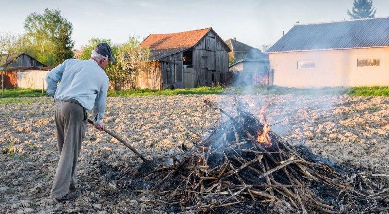 Разжигать костры возле собственного дома запрещено. Фото из открытых источников.