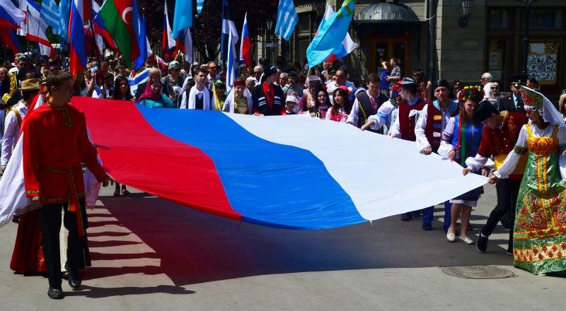 Российский триколор - теперь государственный флаг и крымчан.