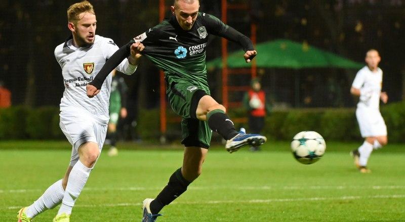 С мячом восходящая «звёздочка» российского футбола 21-летний краснодарец Даниил Уткин.
